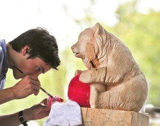 图文:瑞士馆将展出木雕狗熊与木雕熊猫