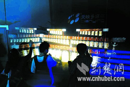 湖北馆首日吸引1.5万游客 外国游人称赞编钟