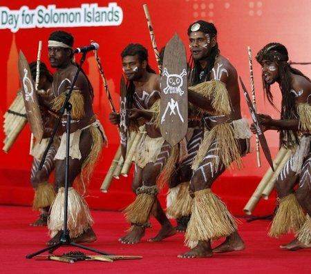 所罗门群岛迎国家馆日 献上大型排箫表演(图)