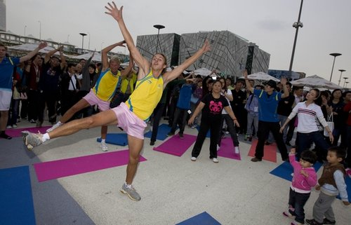 瑞典王储世博推广健身操 首次展示虚拟解剖台