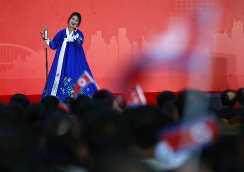 朝鲜迎国家馆日 演员中文演唱《红旗飘飘》