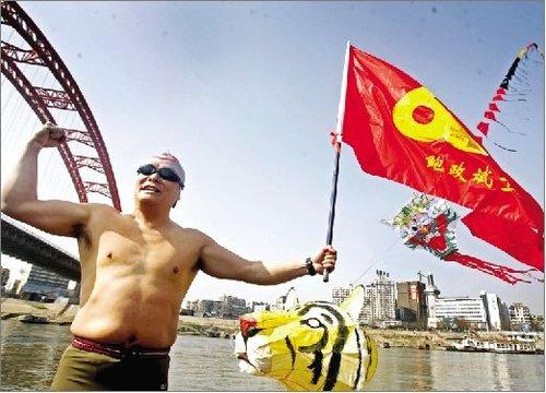 56岁男子欲从武汉游泳到上海观看世博会(图)