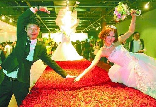 法国馆在世博园举办法式婚典 35对新人参加