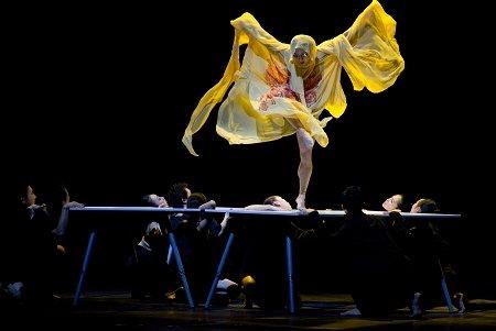 瑞典馆上演时尚秀 舞蹈团方桌上边跳舞边走秀