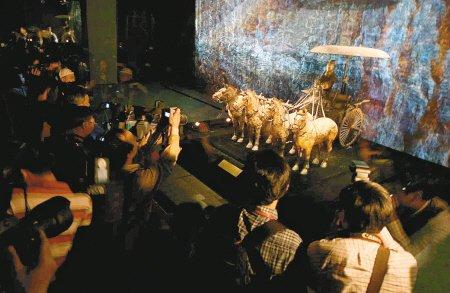 昨日,铜车马在上海世博会中国馆与参观者见面。记者 魏影 摄