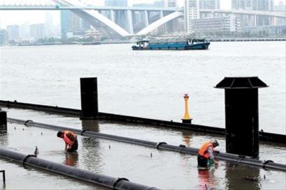 灯光音乐喷泉工作人员每日下水检查保养设备