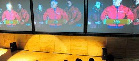 游客观看智利营救矿工的画面
