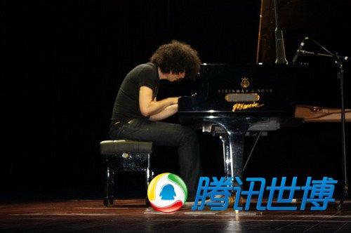 意大利音乐家奏响世博钢琴浪漫夜(组图)