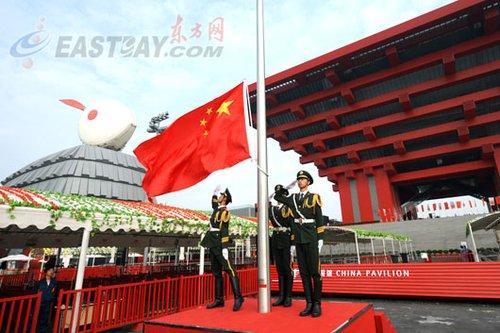 中国馆日升旗仪式举行 五星红旗飘扬南广场