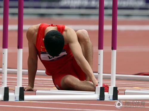 刘翔意外摔倒告别奥运 单腿跳到终点亲吻栏架