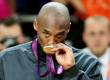 科比亲吻奥运金牌