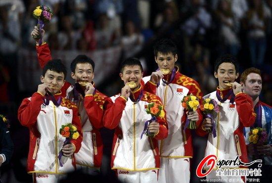 男团颁奖:中国队咬金牌庆胜利 日本遭遇嘘声