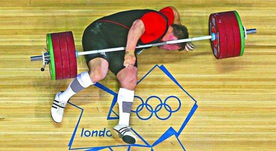 北京举亡妻照片夺冠 伦敦被杠铃砸伤脖子(图)