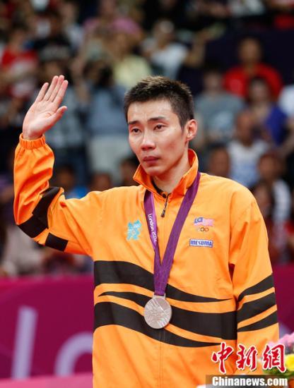 羽球名将李宗伟载誉凯旋 机场受球迷狂热追捧