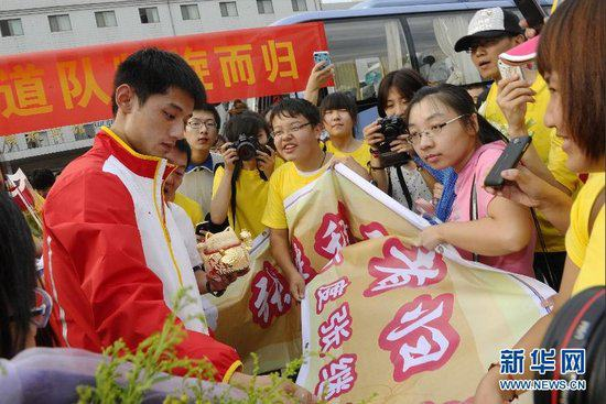 中国奥运代表团今晨荣耀抵京 刘延东现场迎接