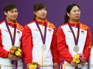 射箭女团中国队摘银