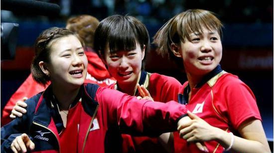 福原爱对阵中国女乒 故乡人民聚集母校看比赛