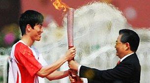 视频:胡锦涛主席点燃火炬并交予刘翔
