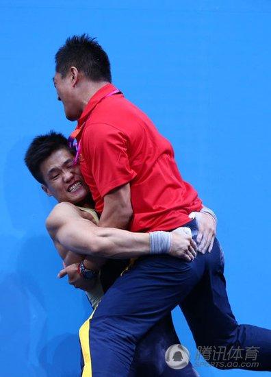 吕小军与教练抱摔庆祝 告诉全世界他是我教练