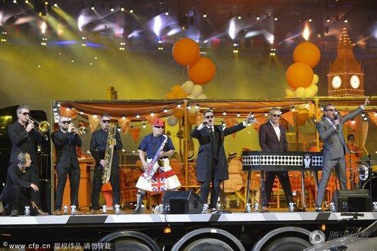 皇家乐队闪耀群星演唱会 英伦风弥漫伦敦碗