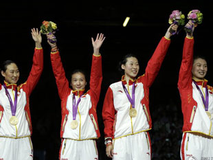 女重团体中国夺冠展灿烂笑容