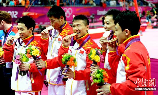 体操男团卫冕后欢乐不断 与记者聊起终身大事