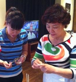 刘翔父母包饺子