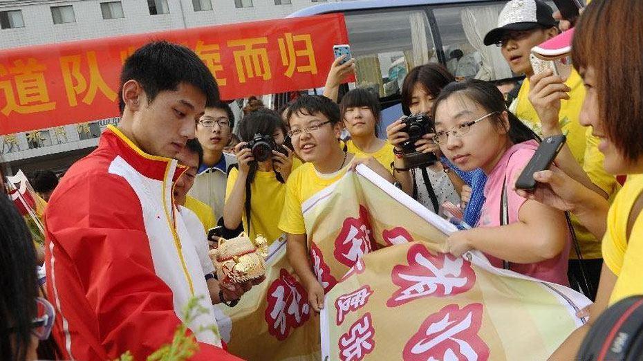 中国代表团载誉归国 运动员受热烈追捧