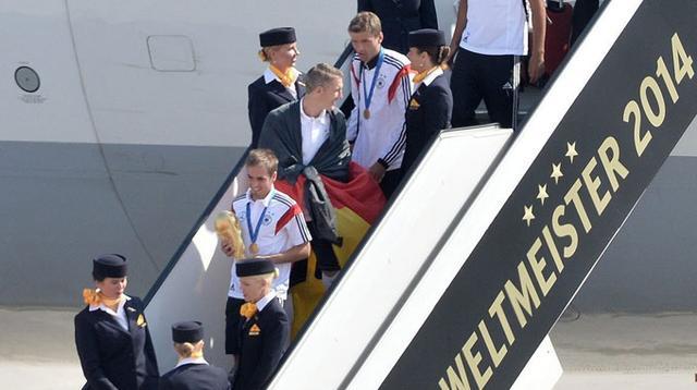 柏林市长赴机场迎接德国回归 举办盛大巡游