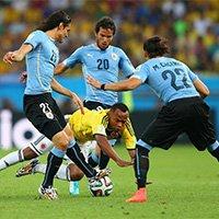 乌拉圭队三人围堵祖尼加