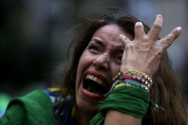 gif:巴西已经崩溃 小球迷痛哭到让人心碎