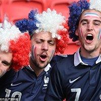 法国队球迷都带假发助威母队