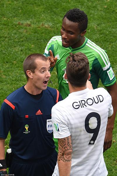 尼日利亚球员炮轰法前锋肘击:该被红牌罚下