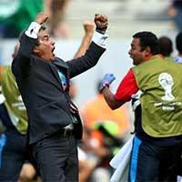 哥斯达黎加主帅平托在球队进球后欢呼
