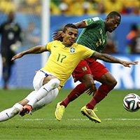 巴西喀麦隆球员场上争夺球权