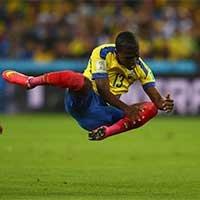 厄瓜多尔E-瓦伦西亚比赛中摔倒