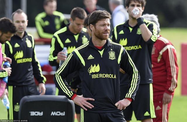 西班牙首发预测:比利亚单前锋 伊涅斯塔百场
