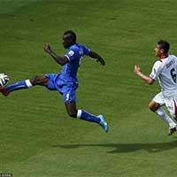 意大利巴洛特利越过防守停球欲进攻