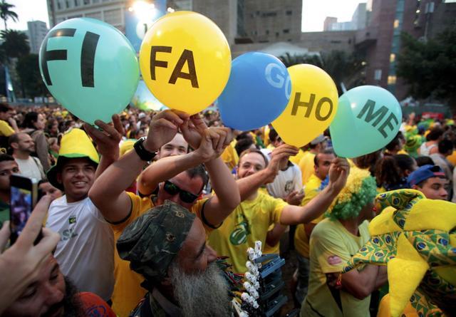 巴西比赛日全民放假半天 萨尔瓦多现万人空巷