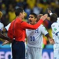 洪都拉斯进球被吹越位球员围堵裁判表达不满