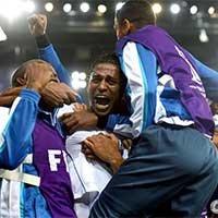 洪都拉斯球员进球后拥抱在一起庆祝