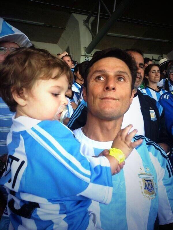 萨内蒂携子观战阿根廷 不搞特殊就坐球迷看台