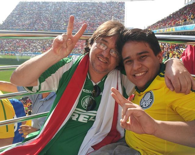 巴西残疾大学生为智利助威: 父亲推我来看球