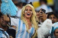 阿根廷性感女球迷激情助威 双峰瞩目