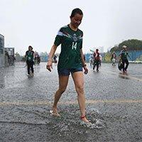高清:墨西哥1-0喀麦隆 纳塔尔遇雨球迷取乐