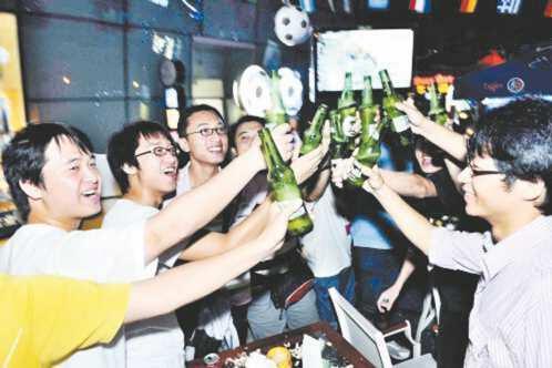 世界杯伪球迷的救命指南:喝酒 撸串 看天台