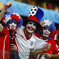高清:智利球迷奇异装扮为母队助威