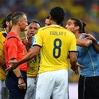 双方球员与裁判争执
