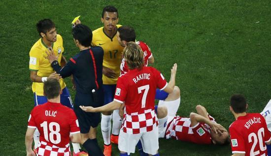 巴西世界杯首张黄牌 内马尔肘击莫德里奇染黄