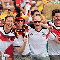 德国球迷庆祝进球-喜悦之情溢于言表